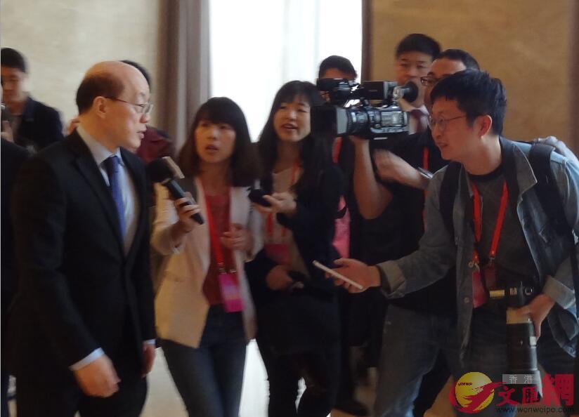 劉結一離開會場時接受媒體採訪。