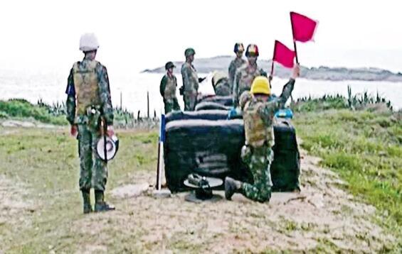金門防衛指揮部17日在峰上靶場進行火箭縮射彈射擊。中央社