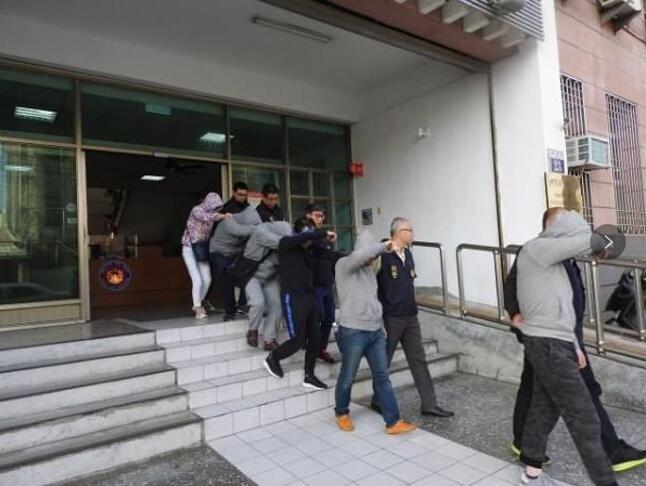 台灣詐騙集團成員被警方抓獲(電視截圖)