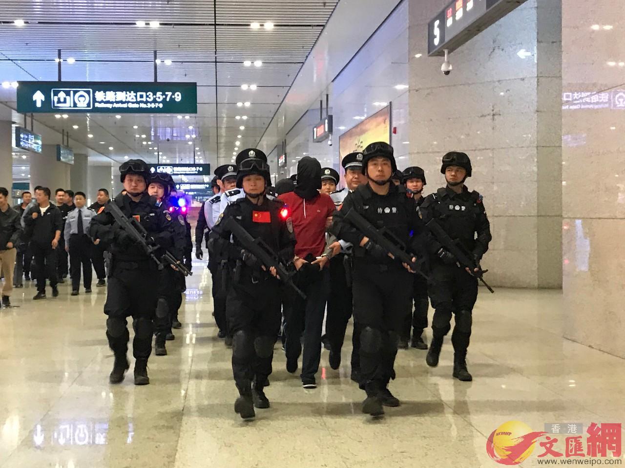 特大網絡傳銷案犯罪嫌疑人被警方押解回西安。