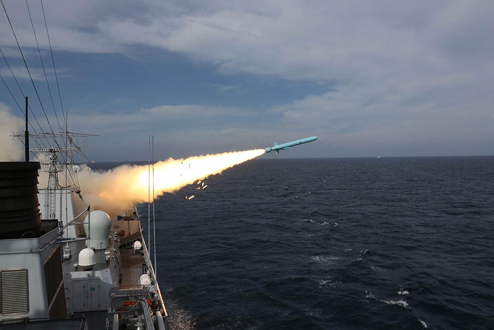 解放軍在 東海舉行的實兵實彈對抗演習中泰州艦發射對空導彈 資料圖片
