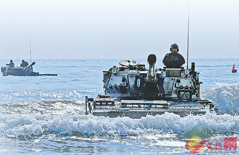 解放軍18日在台海進行實彈演習。圖為近日陸軍官兵進行海上專業訓練 網絡圖片