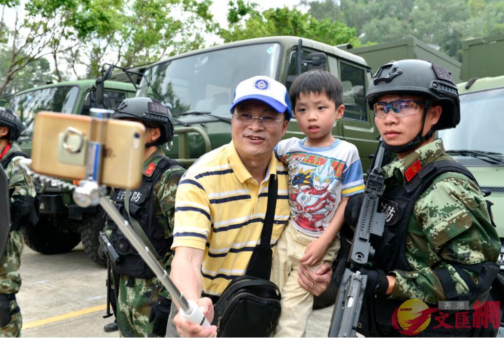 香港市民與一名士兵合影留念(記者 郭若溪 攝)