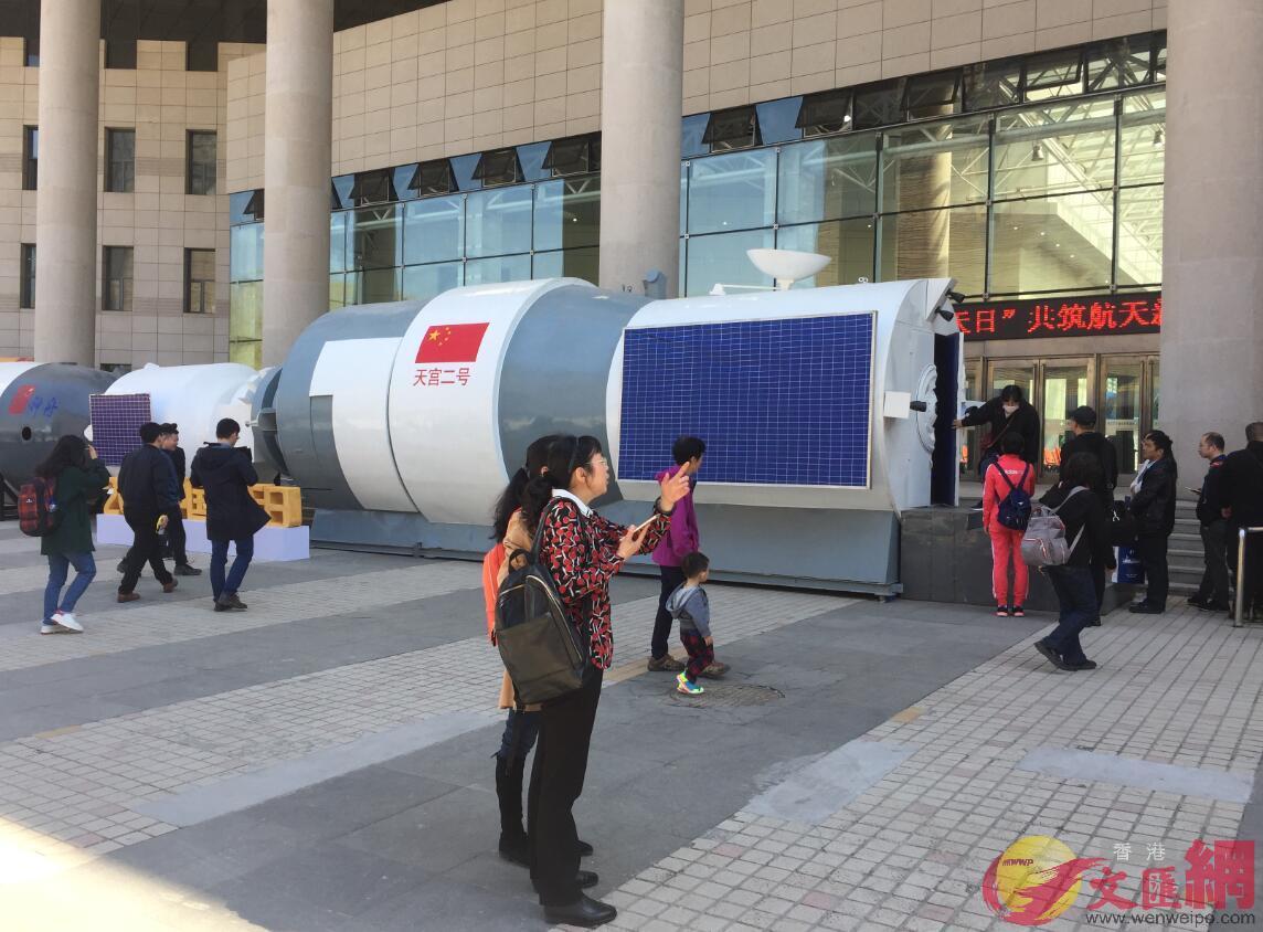 哈爾濱市民排隊參觀天宮二號模擬艙。記者王欣欣 攝
