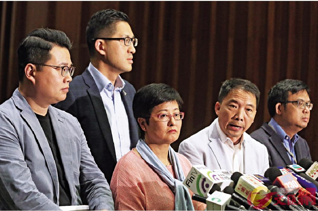 民主黨五名立法會議員昨一齊向公眾道歉,表明不認同許智峯所為。
