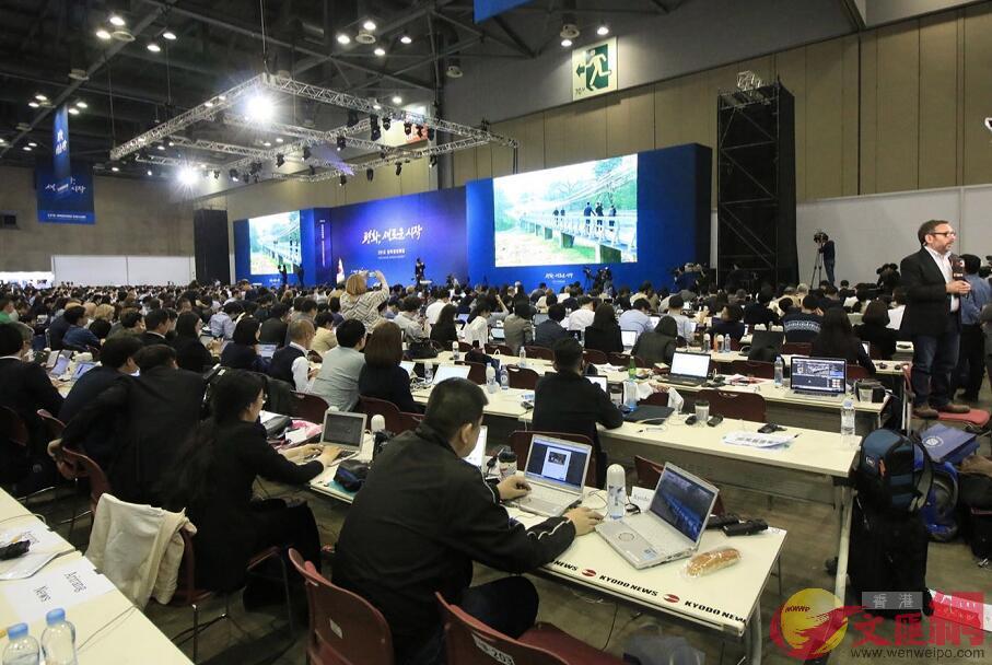 各國記者在新聞中心觀看朝韓峰會進展(全媒體記者孫青川攝)