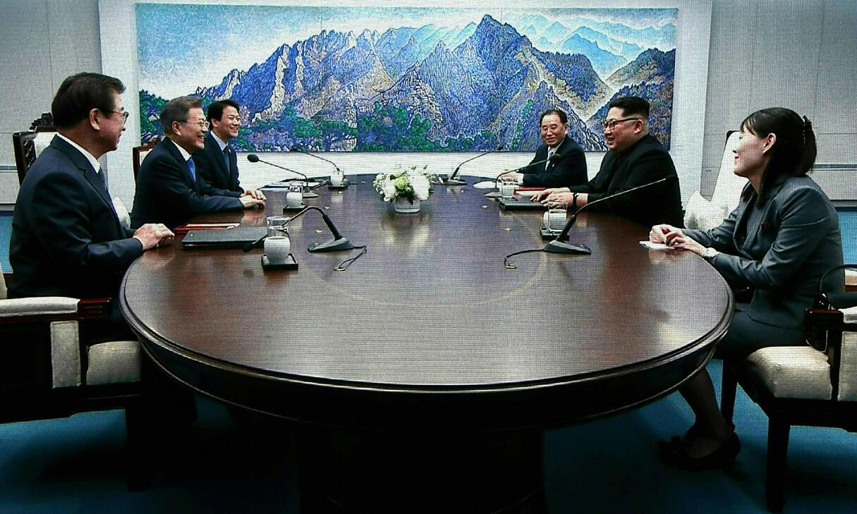 金正恩向文在寅承諾朝鮮不會繼續進行導彈試射活動,並笑稱文在寅以後不再會因試射而早起開會了。圖為會談畫面(新華社)