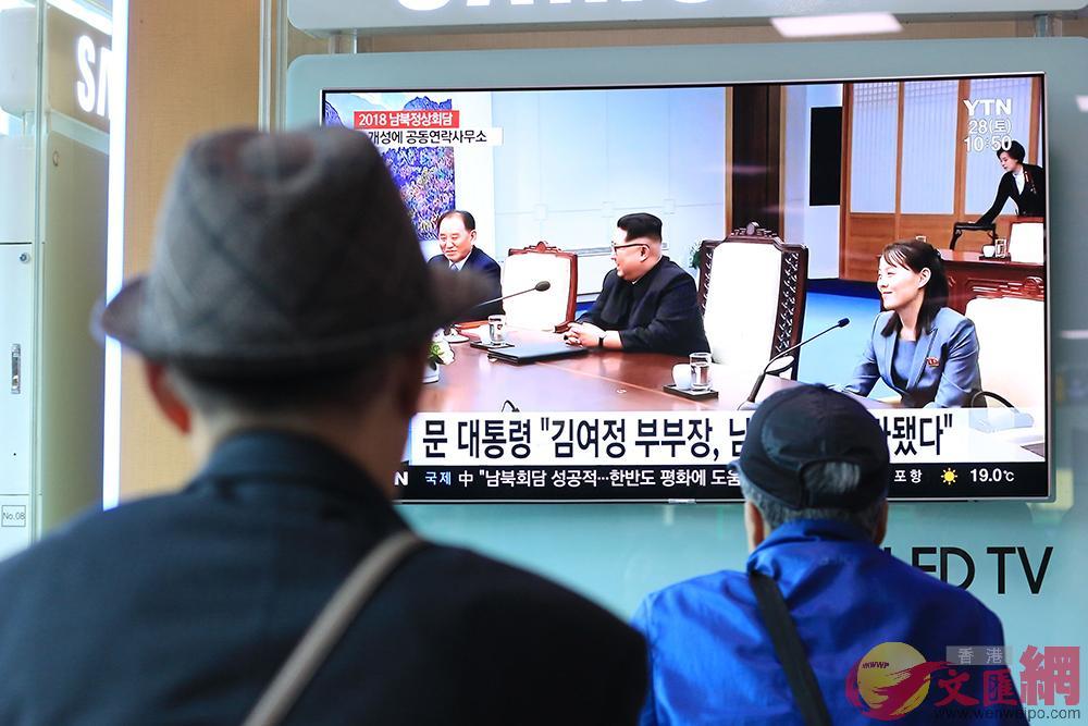 首爾站內電視播出會談新聞,市民駐足收看