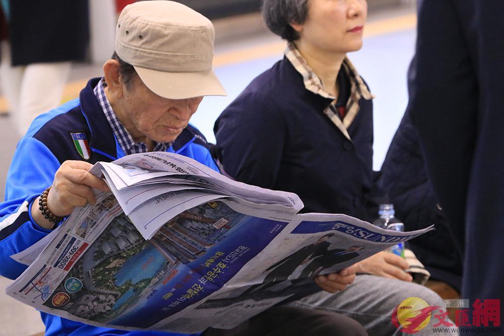 韓國市民閱讀報章了解朝韓峰會內容