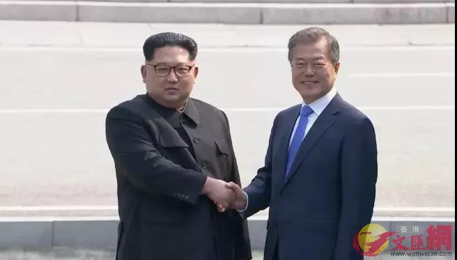 朝鮮最高領導人金正恩在板門店與韓國總統文在寅握手。新華社/路透