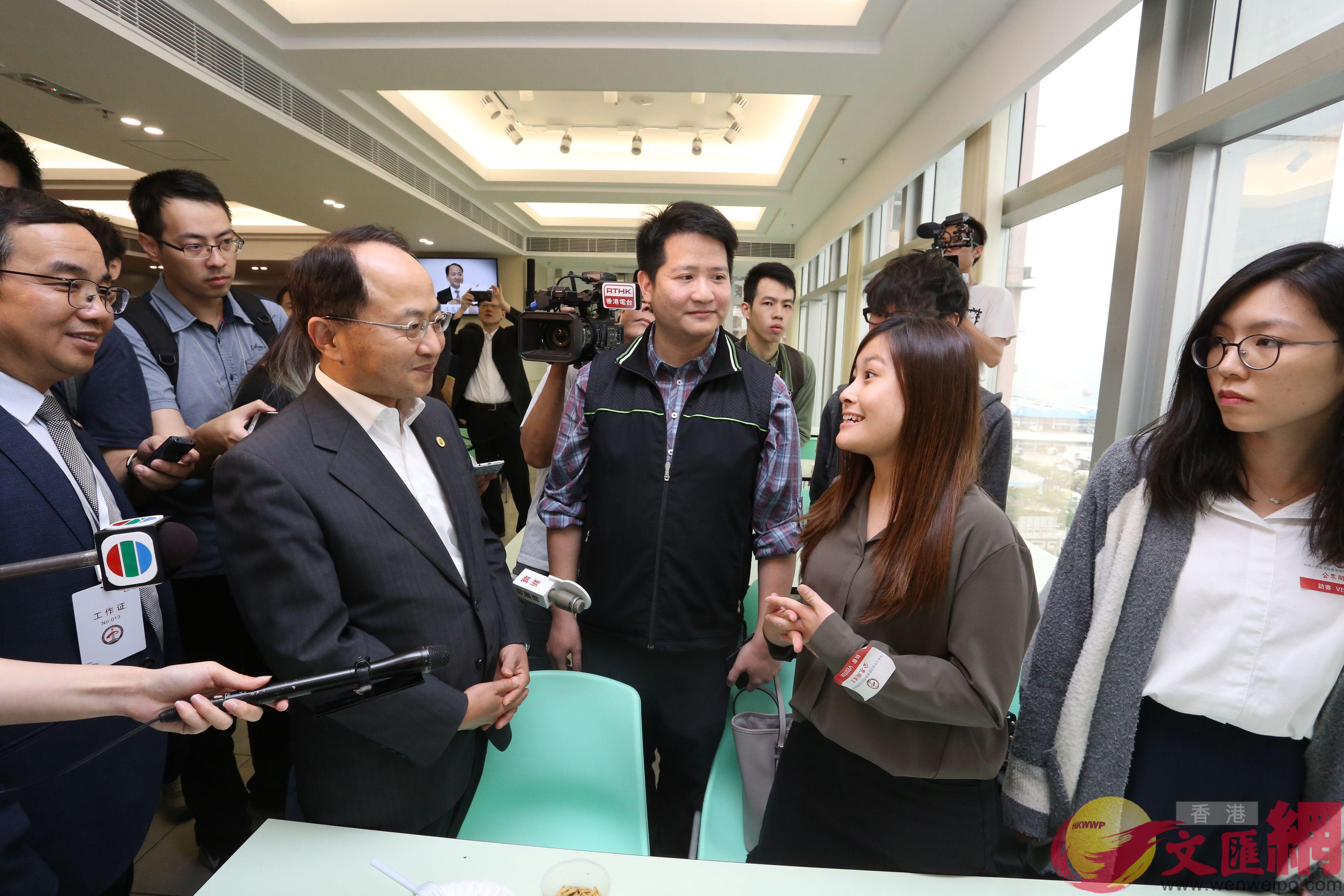 王志民與港青交談,鼓勵他們多與中聯辦交流。(全媒體記者何嘉駿攝)