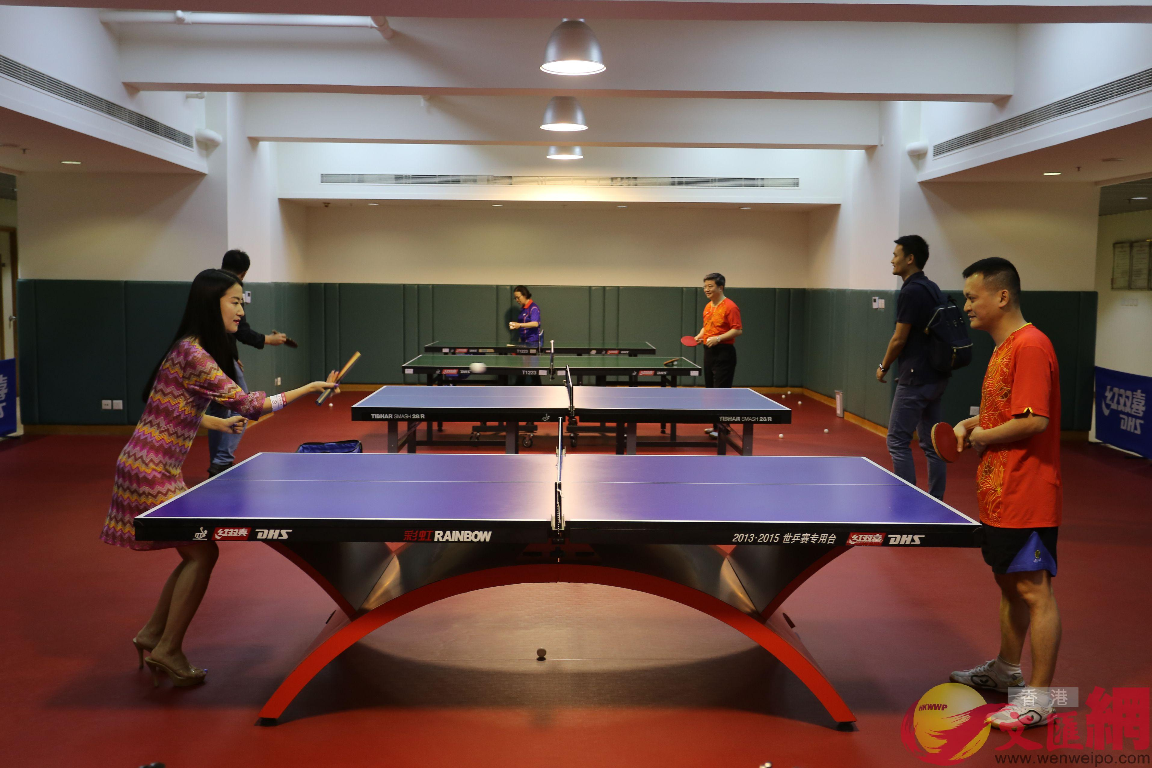 市民與中聯辦員工打乒乓球(全媒體記者何嘉駿攝)