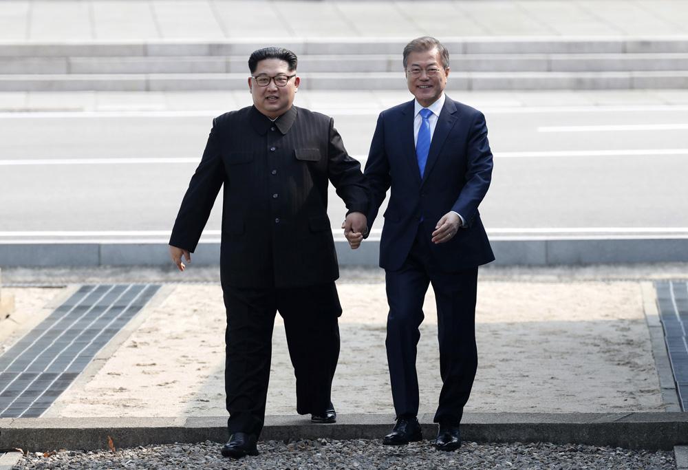 文在寅與金正恩攜手跨過三八線,踏進韓國一方。法新社