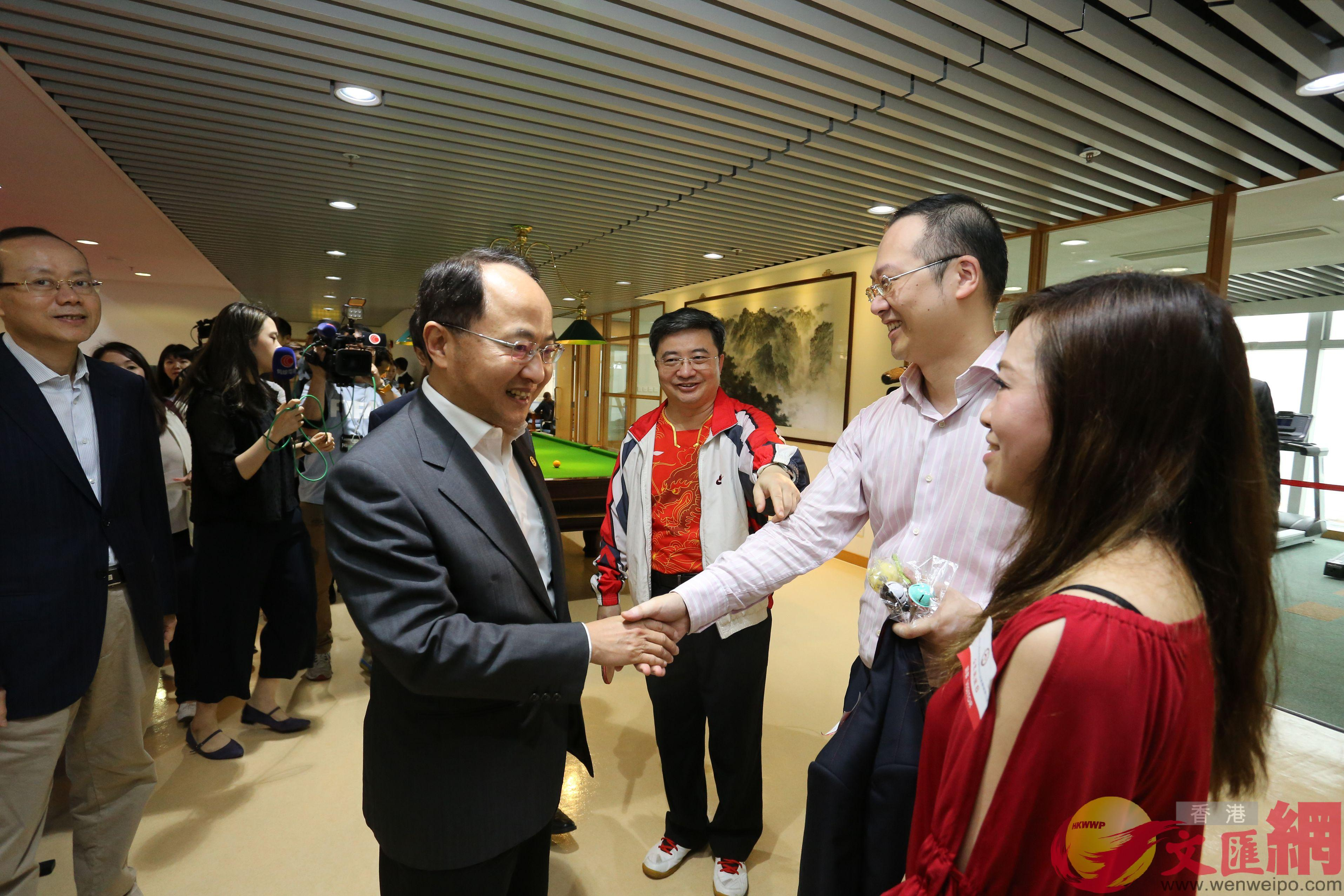 王志民在文體活動室與市民互動。(全媒體記者何嘉駿攝)