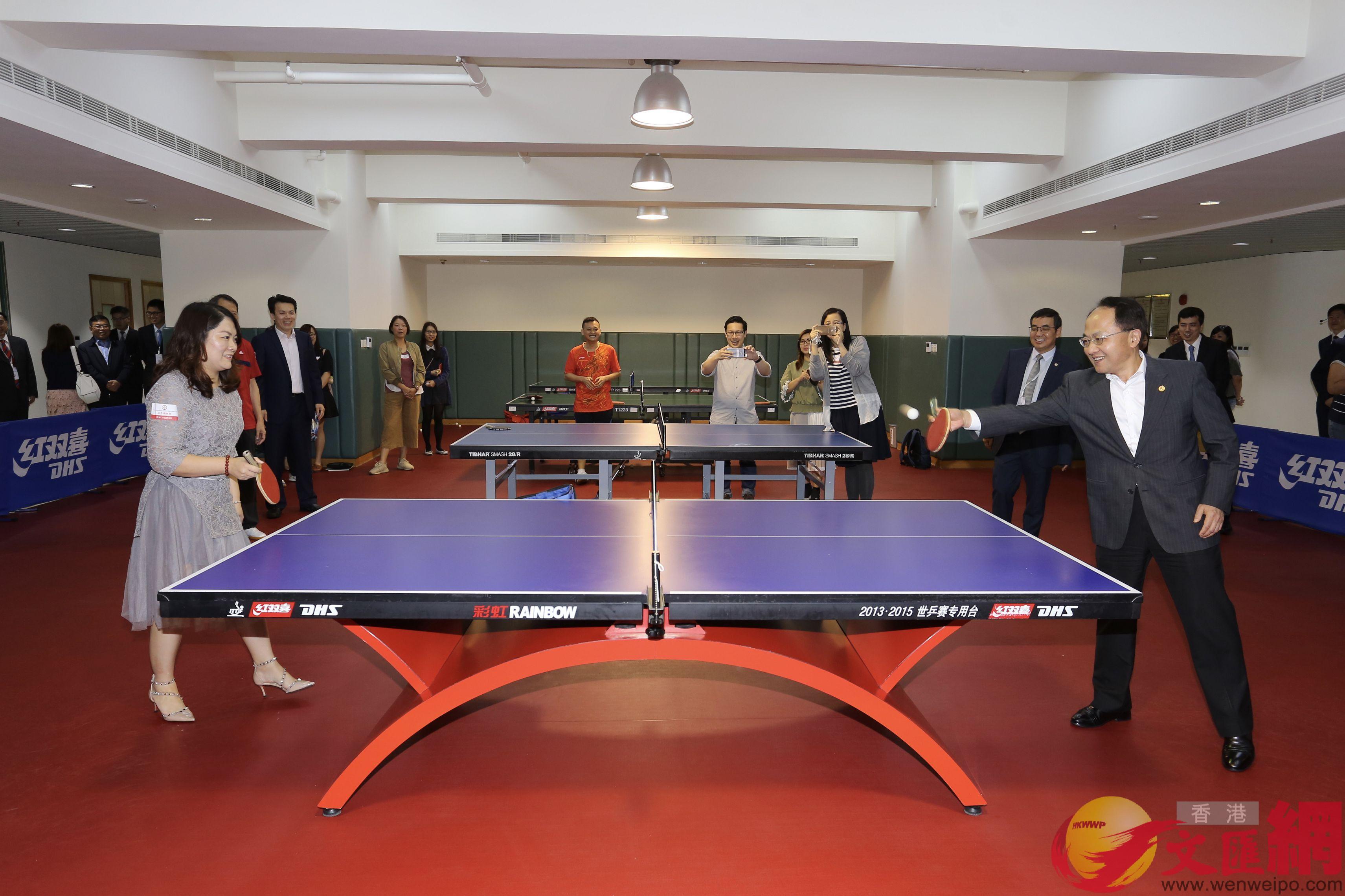王志民與市民切磋乒乓球。(全媒體記者何嘉駿攝)