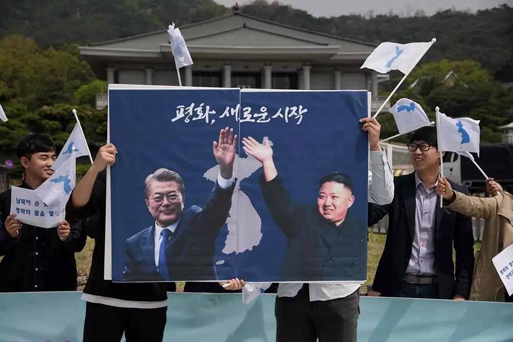 韓國民眾26日在首爾集會支持「文金會」。法新社