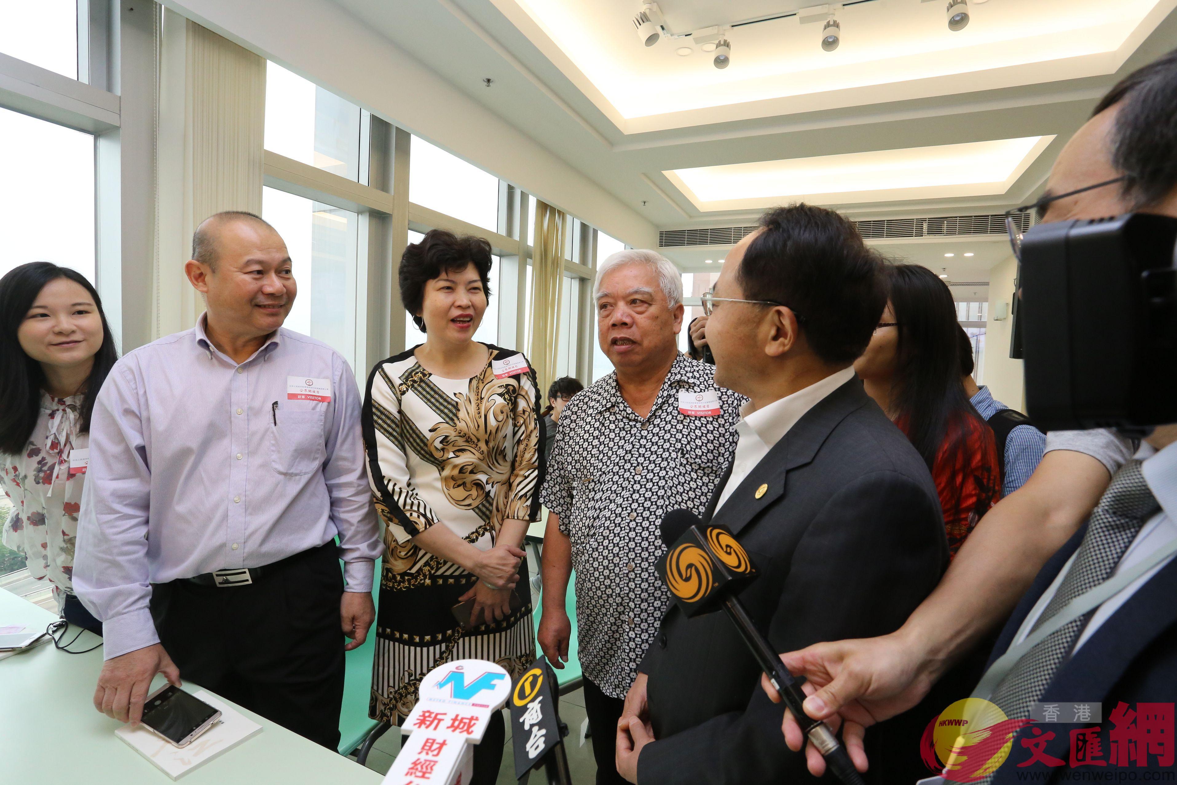 王志民與市民交流。(全媒體記者何嘉駿攝)
