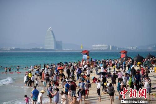 資料圖:三亞的海灘擠滿遊客