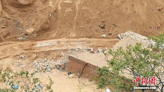 據山西省呂梁市新聞辦公室官方微博消息,4月30日4時57分,接到群眾報警,離石區棗林鄉彩家莊南溝發生山體滑坡。圖為山體滑坡現場。