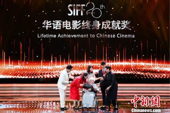 第20屆上海國際電影節授予王丹鳳華語電影終身成就獎。上海國際影視節中心 供圖