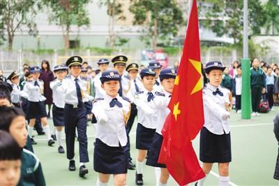 香港黃楚標學校升旗隊的小學生在校園升旗禮上。