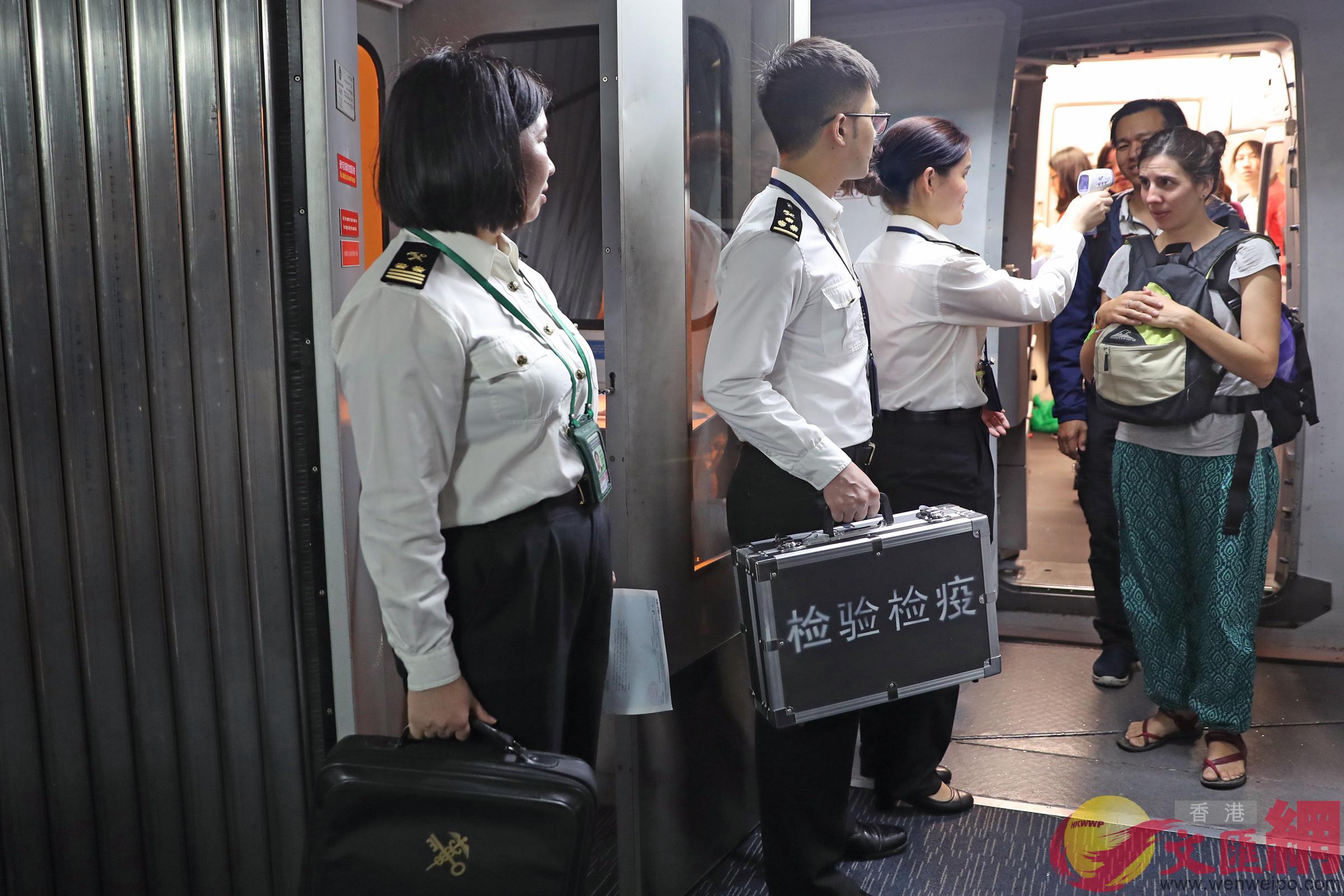 圖為海關工作人員對入境旅客進行監測 海關供圖