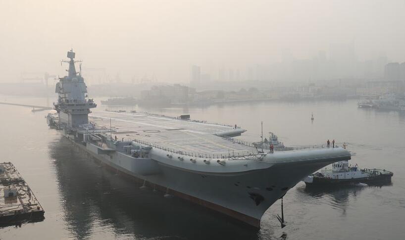 首艘國產航母緩緩駛離位於中船重工大船集團的碼頭。圖片來源:中國軍網