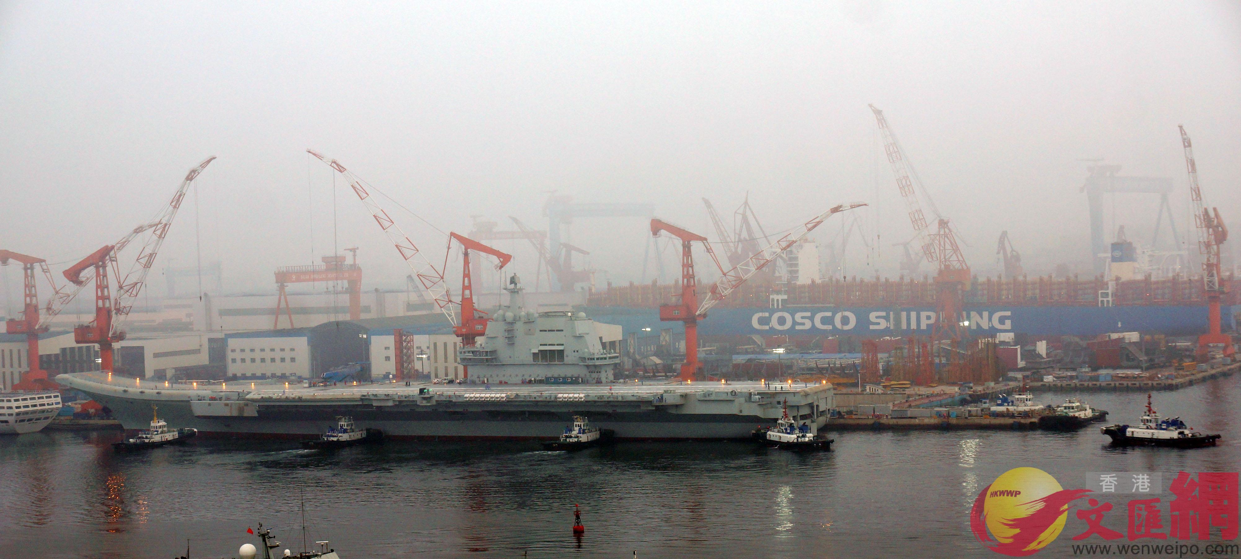 六艘拖船集結在國產航母附近,連接航母甲板的懸梯全部分離。(大公文匯全媒體記者宋偉攝)