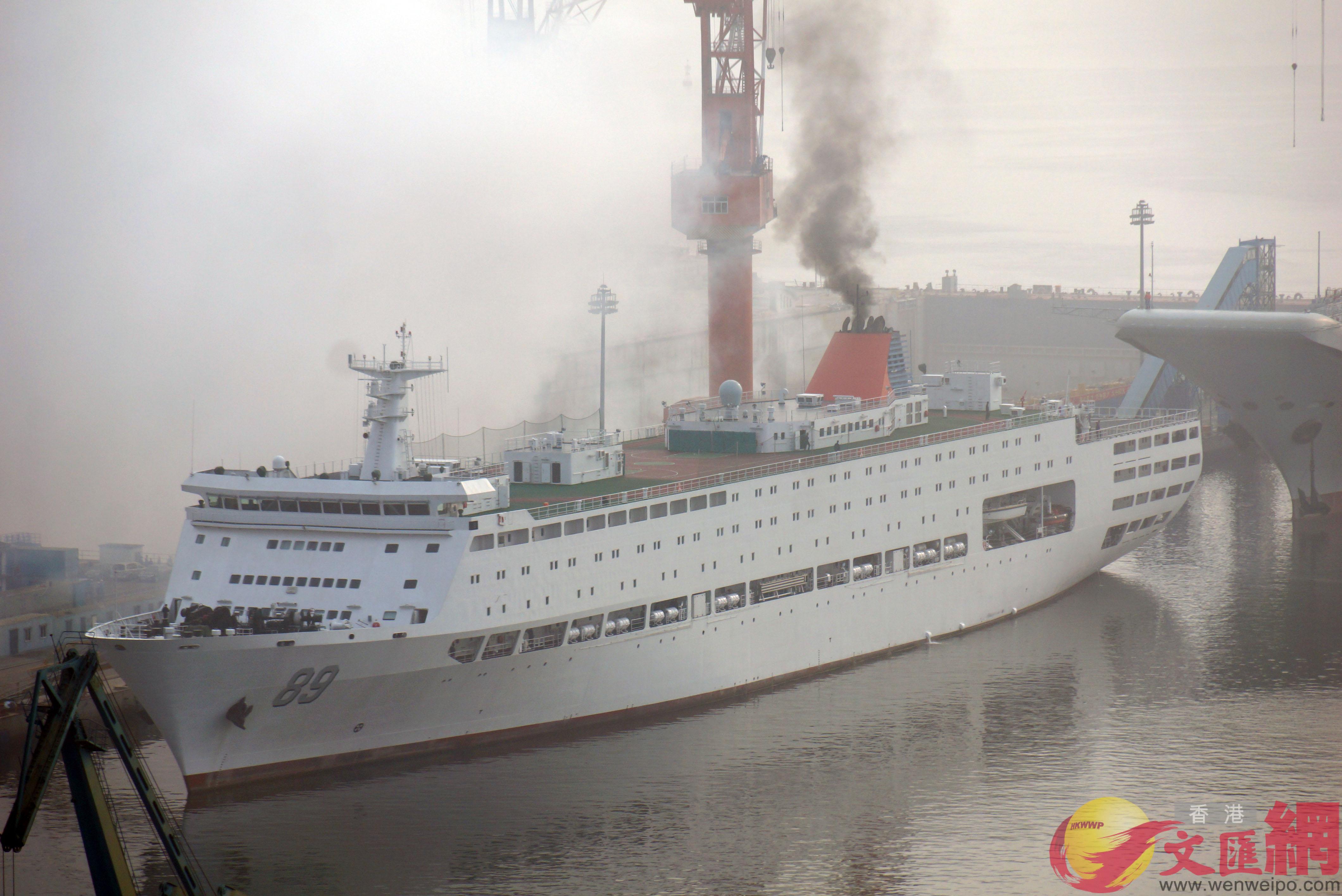 六點三十八分,廠區內響起鞭炮聲,登時塵煙四起。隨後,保障船開動引擎,冒出滾滾黑煙。