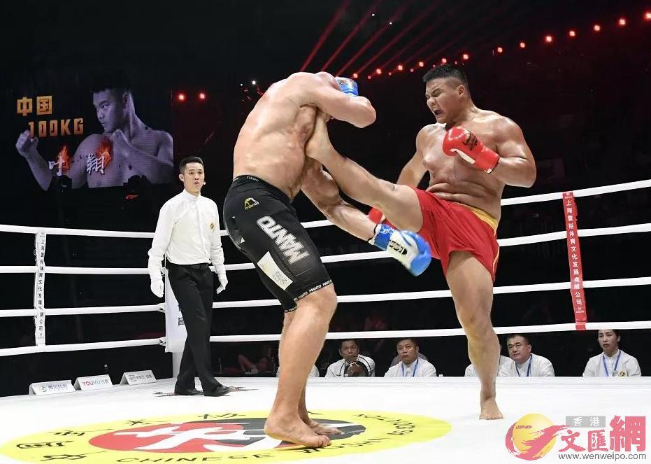 100公斤以上級葉翔(右)戰勝上海選手獲勝。
