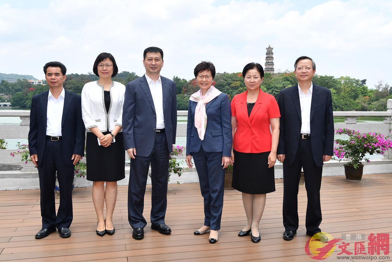 林鄭月娥與劉吉(左三)及其他市領導在會面前合照
