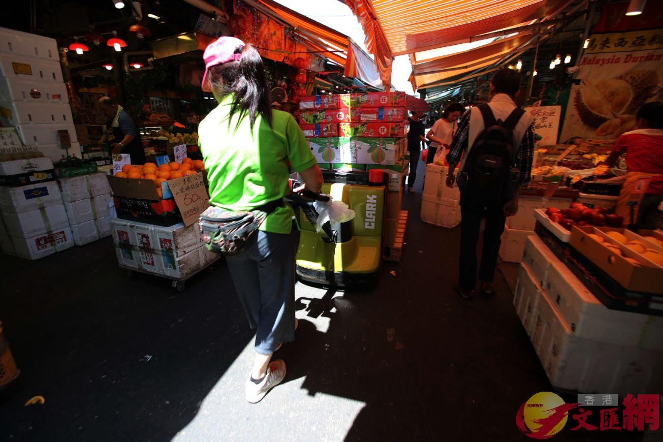 油麻地果欄現時有二百多戶批發商,處理全港近8成的批發水果