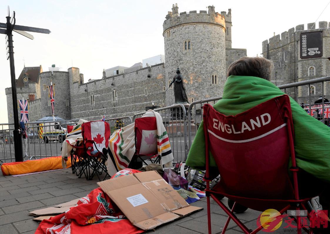 王室粉絲在溫莎城堡外搭營起帳,搶佔觀看大婚的最佳位置(路透社)