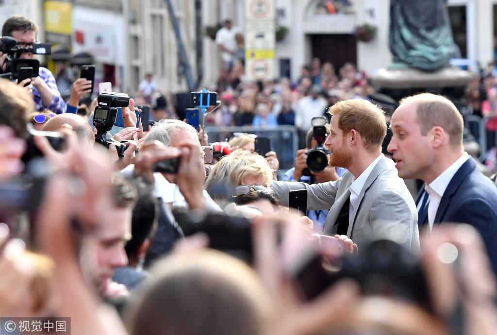 哈里王子大婚在即,和伴郎威廉王子一同現身溫莎做最後準備(視覺中國)