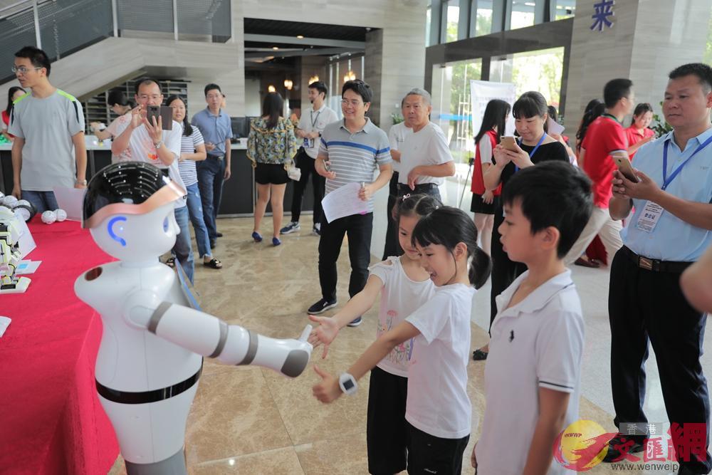 深圳市機械人協會展覽 記者 郭若溪攝