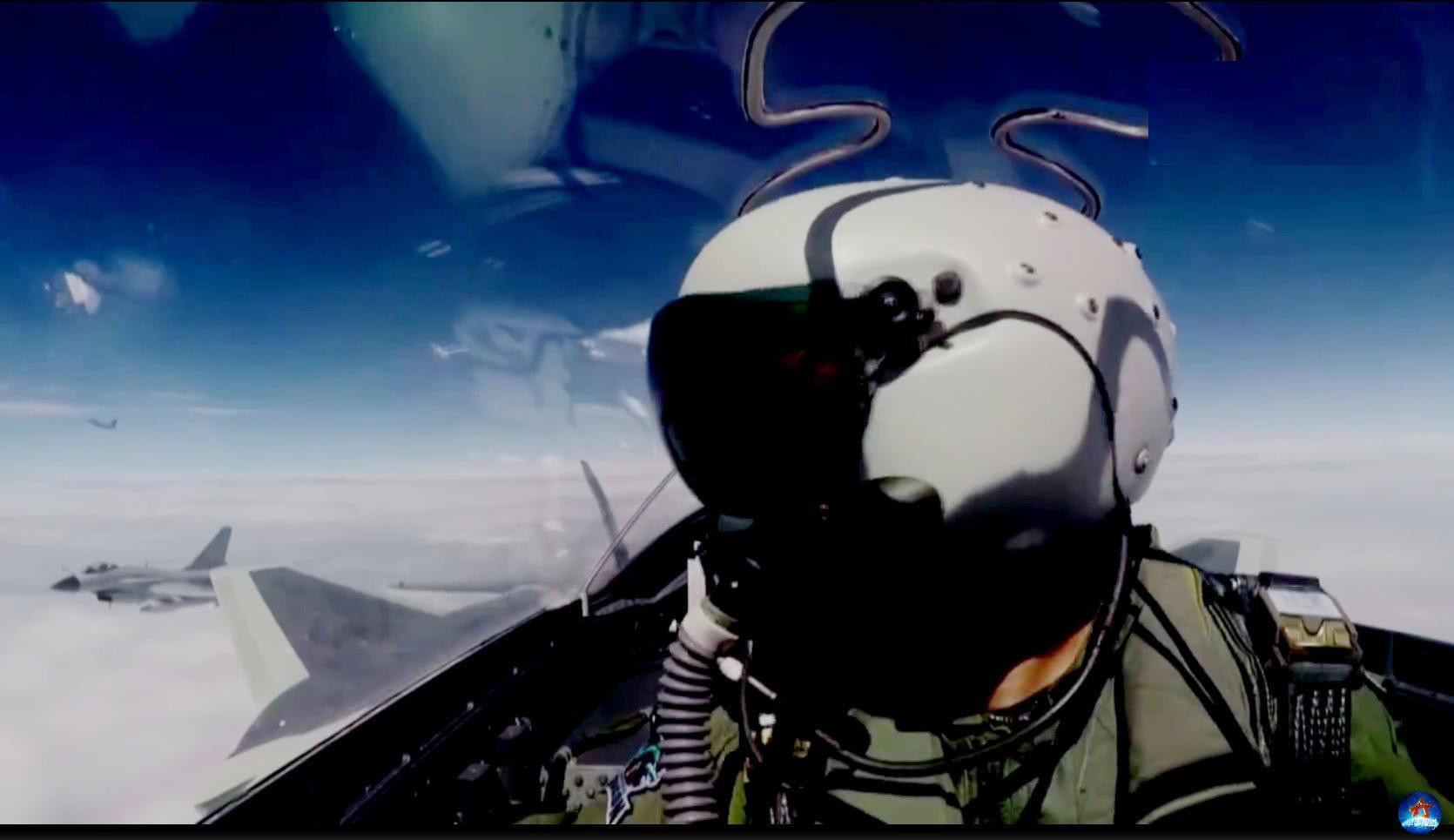 圖為裝備全新飛行頭盔的殲20飛行員。(資料圖)