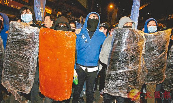 梁天琦 (中間藍衫黑色口罩者) 站在旺角暴動的最前線。 資料圖片