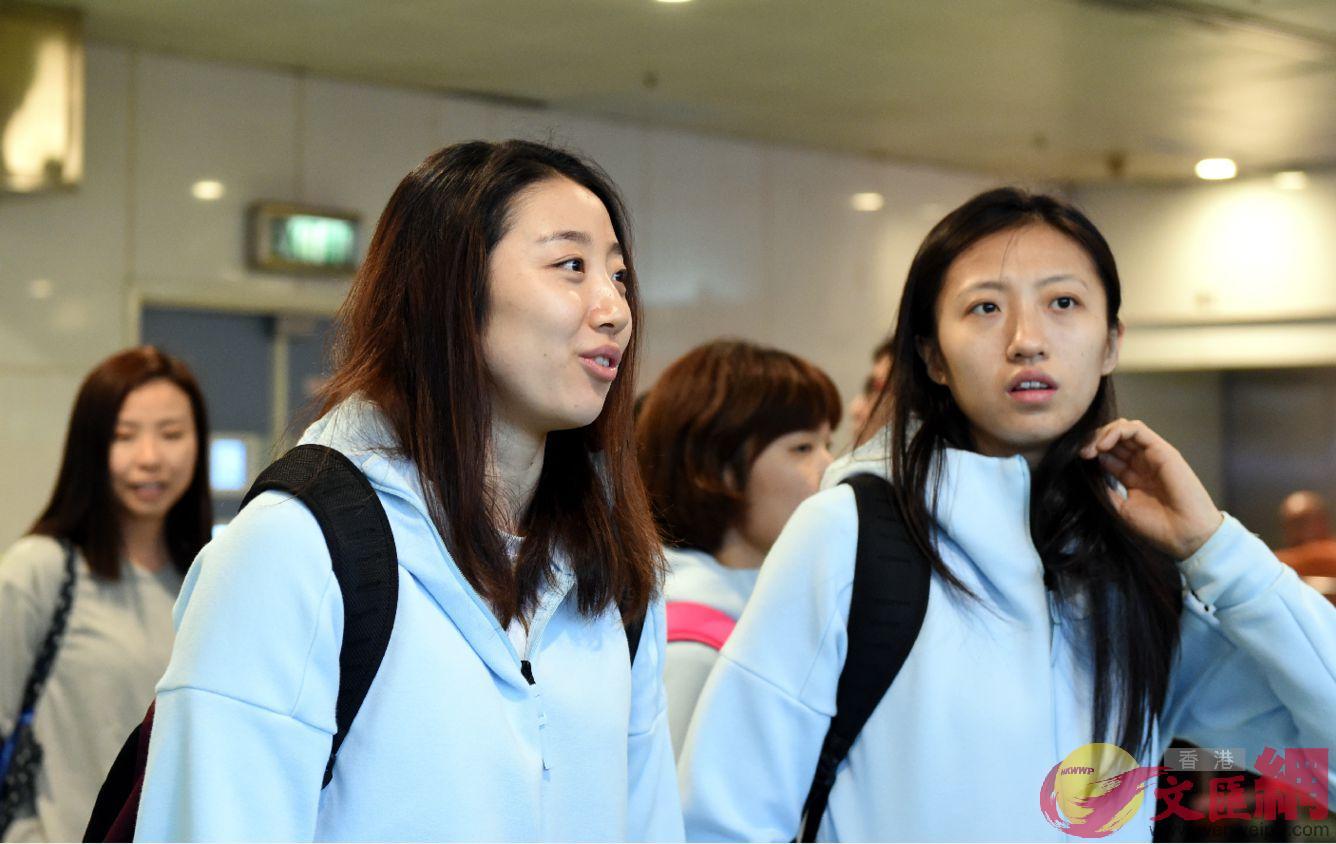 中國女排隊員姚迪(左)與隊友丁霞在港澳碼頭大堂