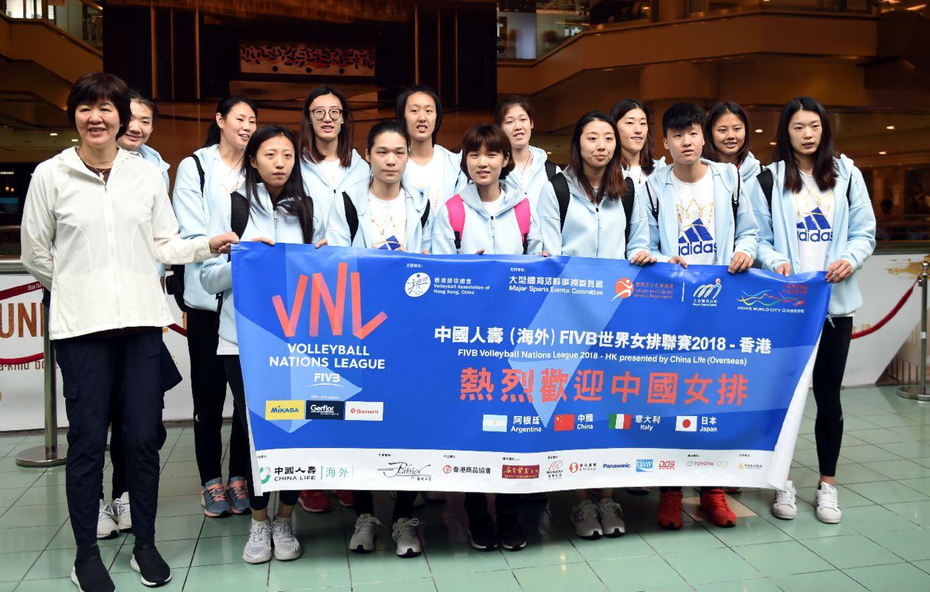 中國女排總教練郎平(左一)與隊員在港澳碼頭合影