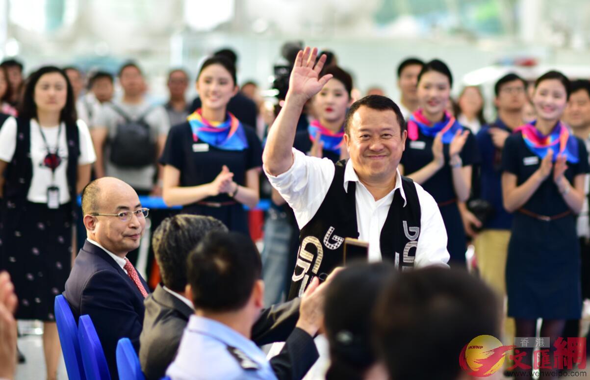 香港影星曾志偉在深圳出席首航儀式,並將作為首批乘客之一乘坐航班前往達爾文(記者黃仰鵬 攝)