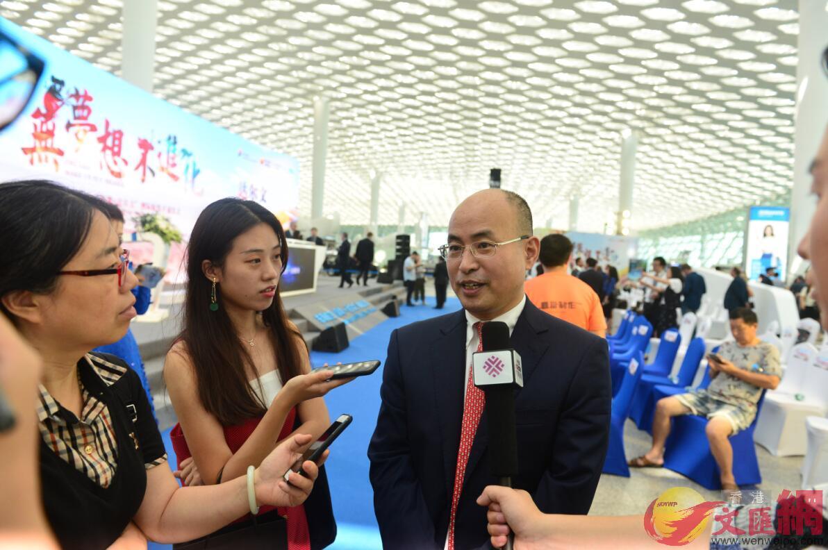 東海航空總裁楊建紅接受記者採訪(記者黃仰鵬 攝)