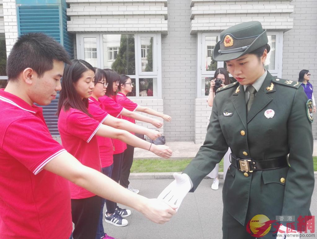 港生接受實訓,體驗儀仗兵生活,張寶峰攝。