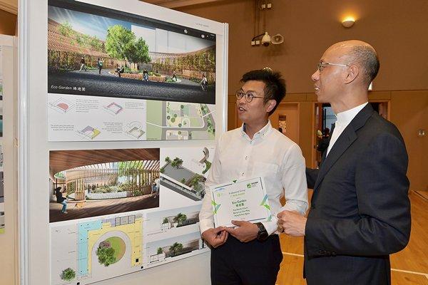 民間創意: 黃錦星(右)表示,「綠在灣仔」鄰近灣仔海濱,建築署會採用比賽中專業組優勝獎第一名的設計。
