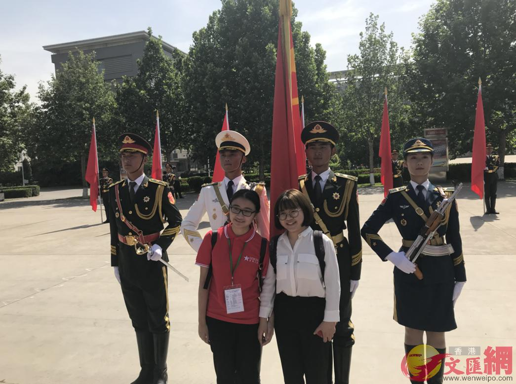 港生與解放軍三軍儀仗隊官兵合影,張寶峰攝。