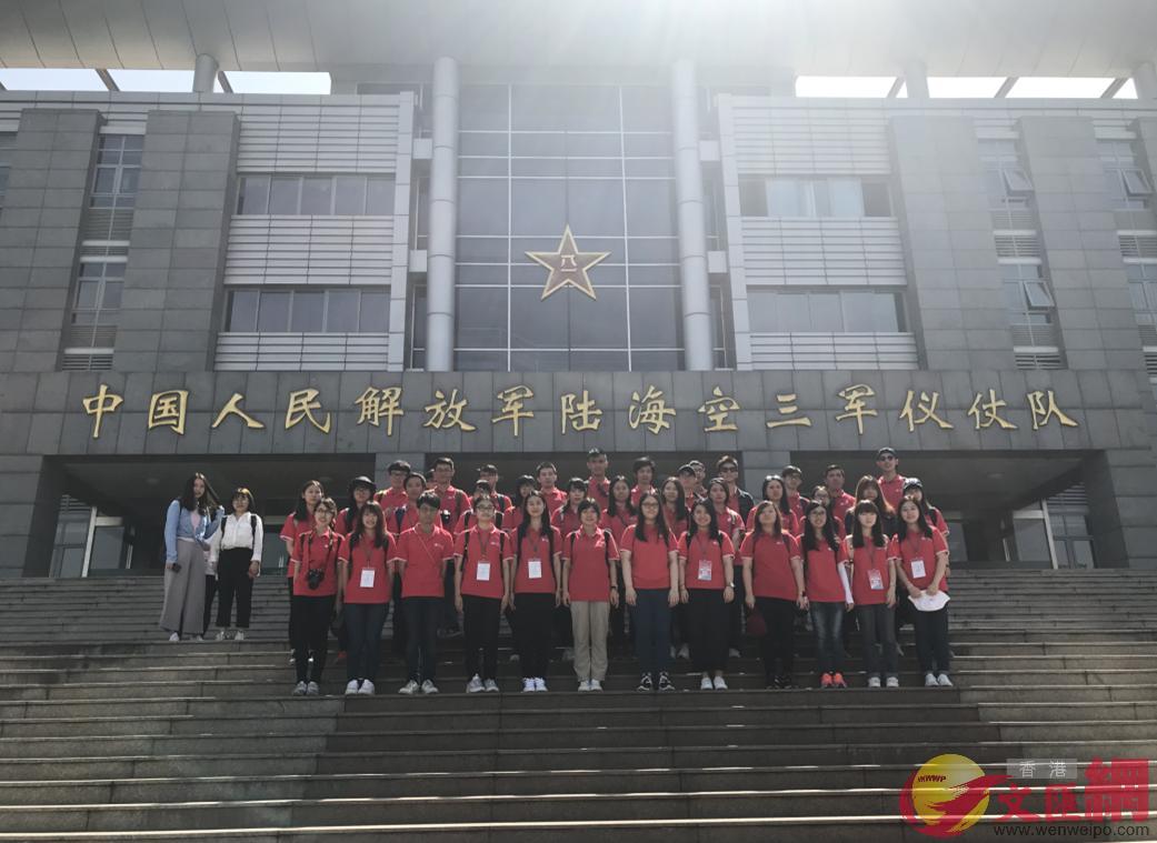 港生參觀解放軍三軍儀仗隊,張寶峰攝。