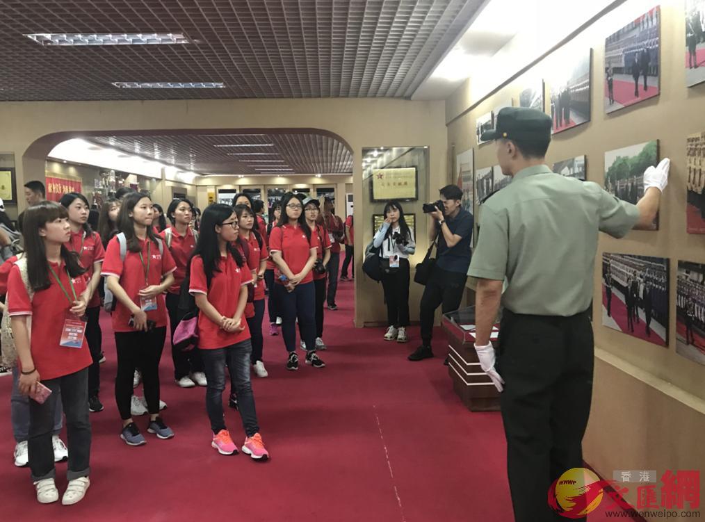港生參觀解放軍三軍儀仗隊隊史館,張寶峰攝。