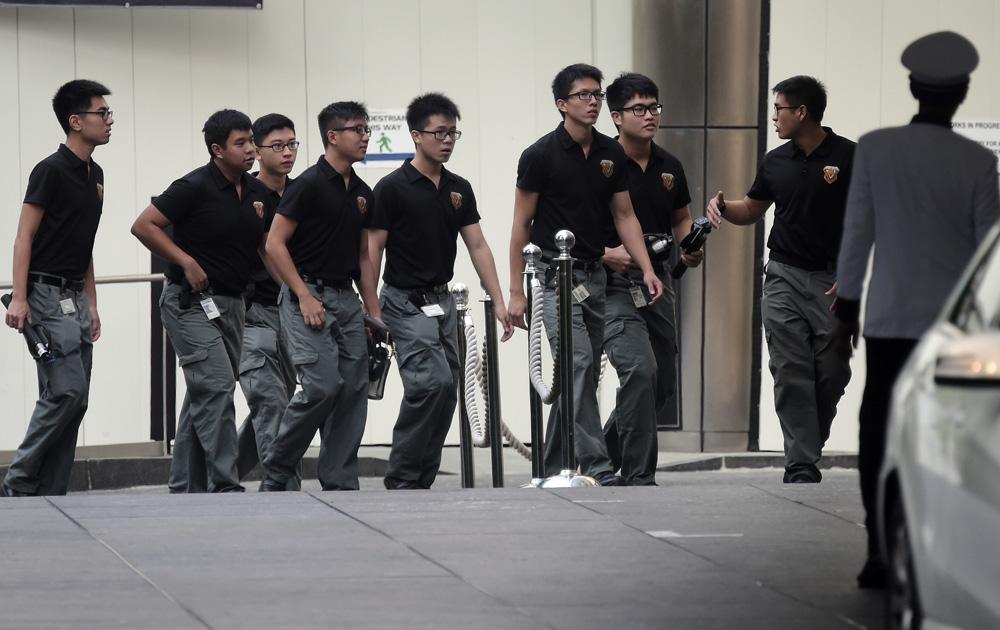 9日,新加坡軍事炸彈處置成員進入瑞吉酒店處理安檢事宜\美聯社