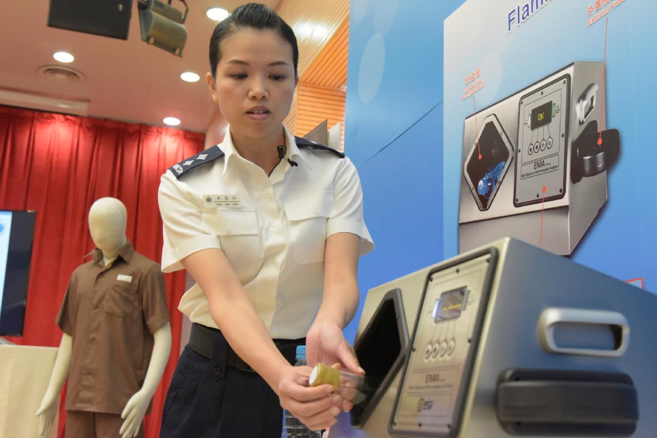 香港懲教人員示範使用新引入的易燃液體檢測儀