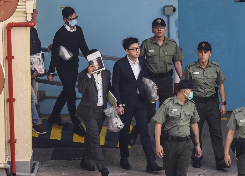 梁天琦(左三)、盧建民(左二)及黃家駒(左一)於荔枝角收押所由囚車押送至高等法院應訊(香港中通社)