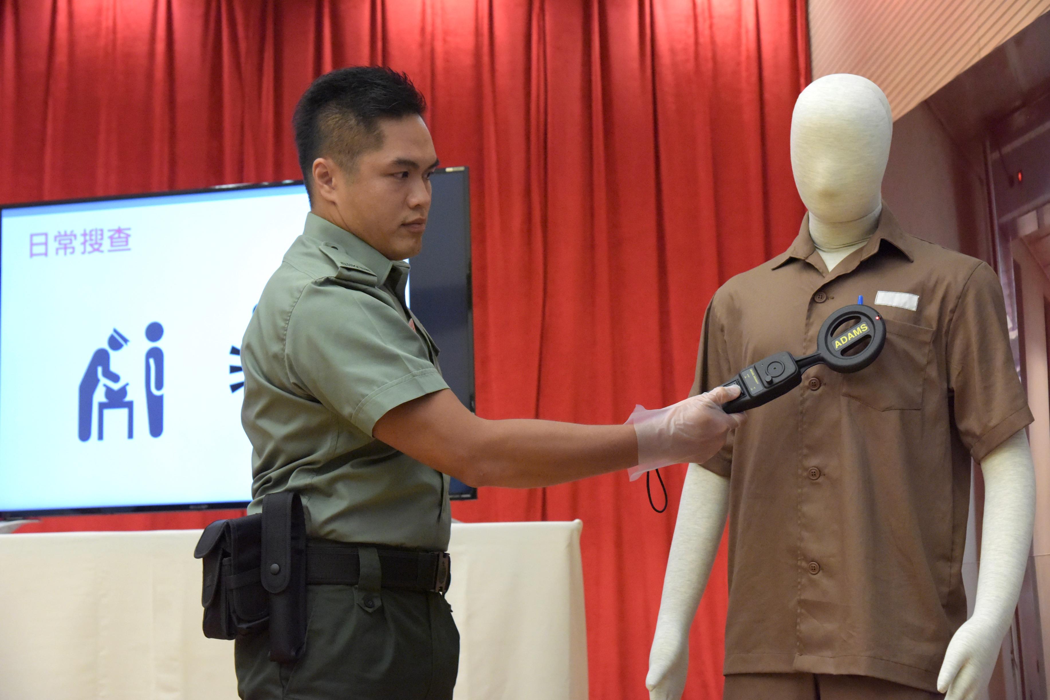 香港懲教人員模擬日常檢查